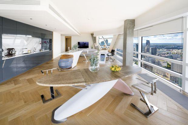 Wnętrze, zamknięte w przestrzeni wyjątkowego apartamentu w najwyższej w Unii Europejskiej wyłącznie mieszkalnej wieży, już od progu sprawia wrażenie oazy spokoju w sercu wielkiego miasta.