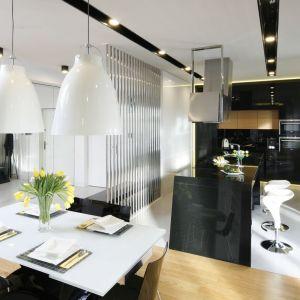 Otwarte wnętrze urządzono w duecie biel i czerni. Projekt: Monika i Adam Bronikowscy. Fot. Bartosz Jarosz