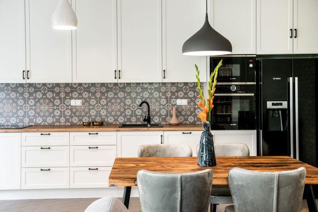 Przestronny apartament z ogródkiem to idealne miejsce dla rodziny. By jednak żyło się dobrze, trzeba się urządzić. Przepis na przytulną i rodzinną kuchnię doskonale znają architekci z pracowni Deer Design.