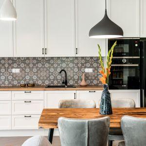 Duży i przestronny apartament urządzony został w stylu eklektycznym, który łączy w sobie różne trendy, konwencje i mody.