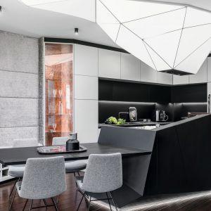 Kuchnię i jadalnię urządzono w bieli, szarości i eleganckiej czerni. Projekt: Projekt: Magdalena Bielicka, Maria Zrzelska-Pawlak. Fot. Fotomohito