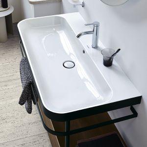 Metalowe konsole o regulowanej wysokości ze zintegrowanym wieszakiem na ręczniki są dostępne opcjonalnie z półką lub wbudowaną szufladą. Fot. Happy D.2 Plus Duravit