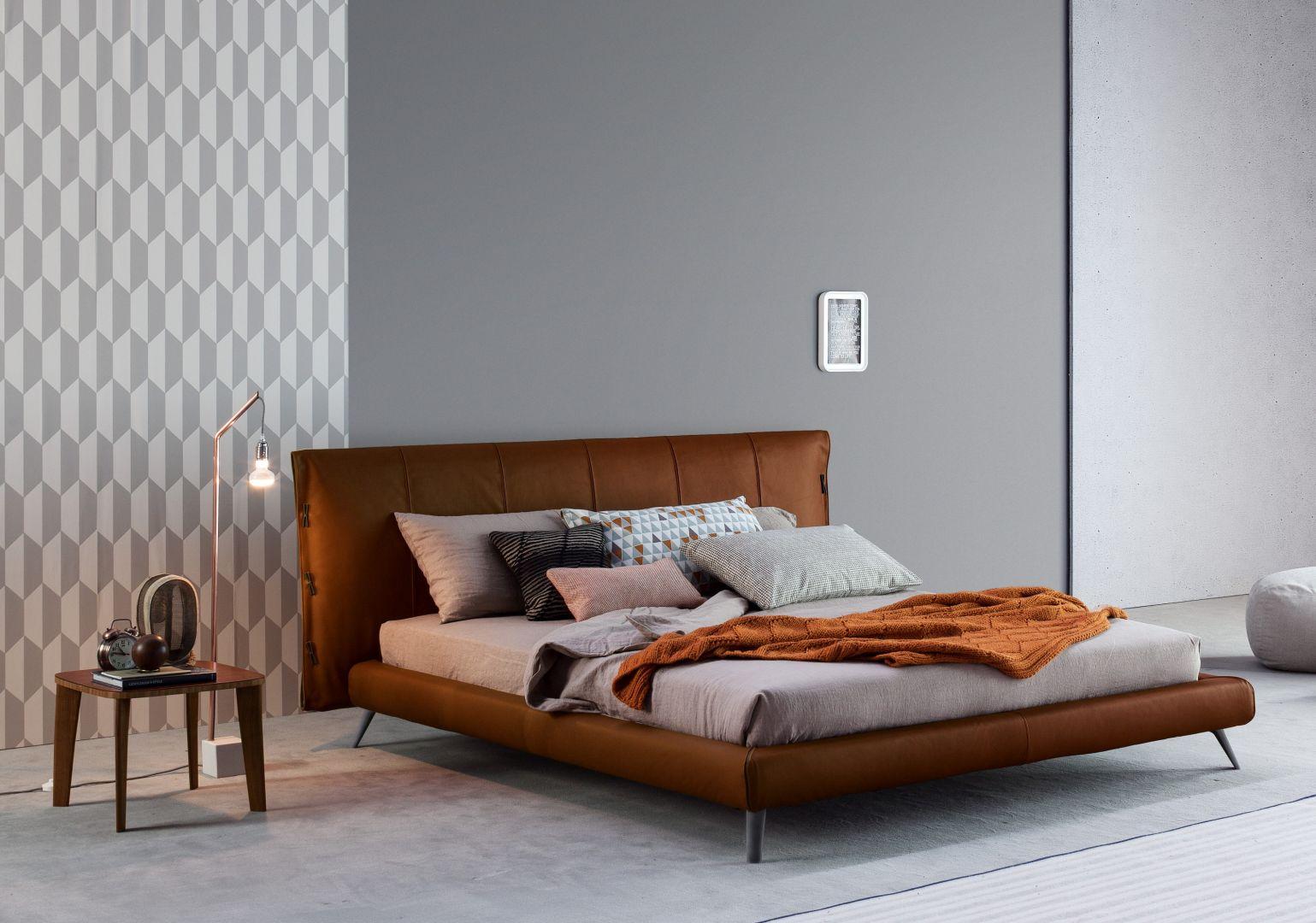 Łóżko tapicerowane marki Bonaldo model Cuff.