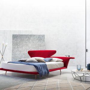 Czerwone łóżko o oryginalnej formie Bonaldo Lovy