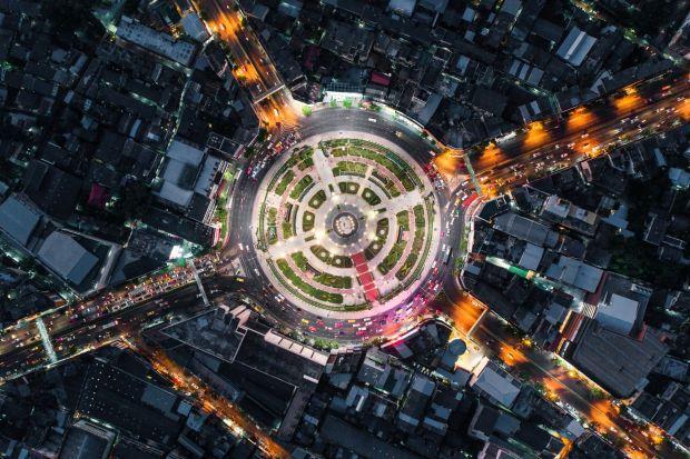 Dźwięk odgrywa istotną rolę w naszym życiu. Żyjemy jednak w czasach, w których rosnąca gęstość zaludnienia miast wpływa na wysoki poziom hałasu. Dlaczego warto redukować hałas w naszych mieszkaniach i jak to zrobić?