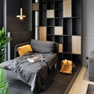 Leżanka w pokoju dziennym oraz  ciekawie zaprojektowana zabudowa meblowa. Projekt i zdjęcia: studio Mauve