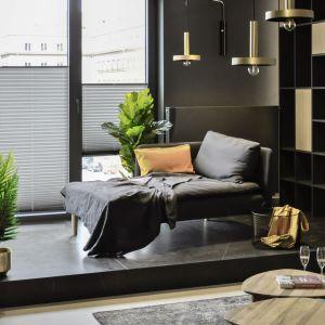 Widok z mieszkania na dachy Wrocławia można podziwiać z eleganckiej leżanki w strefie relaksu.Projekt i zdjęcia: studio Mauve