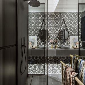 Dzięki przeszklonym ścianom łazienka wydaje się większa niż jest w rzeczywistości. Projekt: Monika Goszcz-Kłos z biura projektowego Goszczdesign. Stylizacja wnętrz Patrycja Rabińska. Zdjęcia Yassen Hristov