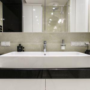 W tej niewielkiej łazience znalazło się miejsce na wygodną wannę, kabinę prysznicową i dużą umywalkę. Projekt Anna Maria Sokołowska. Fot. Fotomohito