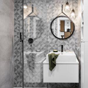W małej łazience mamy kabinę prysznicową bez brodzika i umywalkę nablatową oraz okrągłe lustro. Projekt Zuzanna Kuc, ZU projektuje. Zdjęcia Łukasz Zandecki