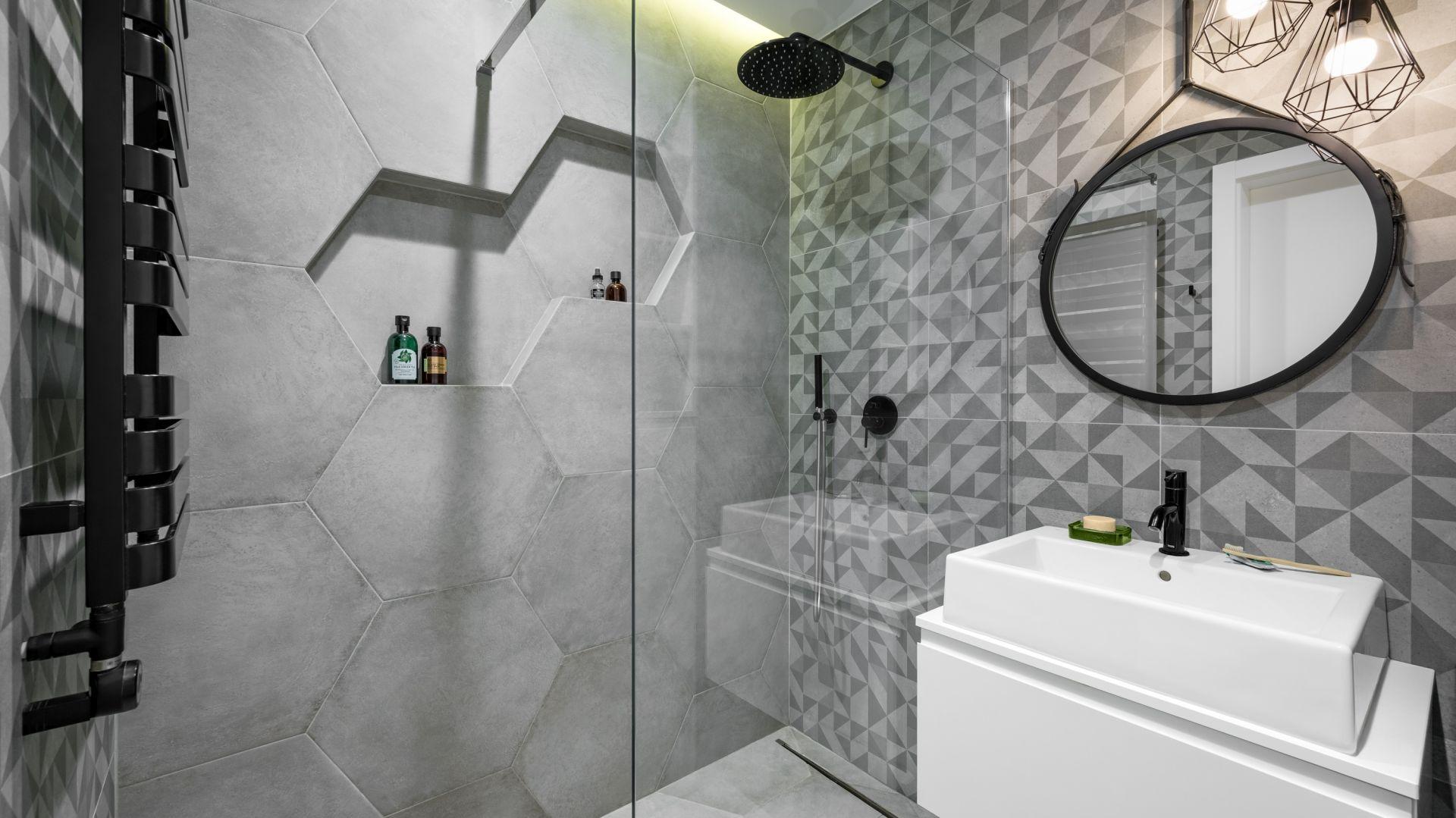 Niewielka szara łazienka, z prysznicem bez brodzika i geometrycznymi płytkami. Projekt Zuzanna Kuc, ZU projektuje. Zdjęcia Łukasz Zandecki