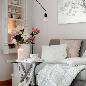 Aranżacja kawalerki w romantycznym stylu. Lustrzany stolik to świetny wybór. Fot. Home&You