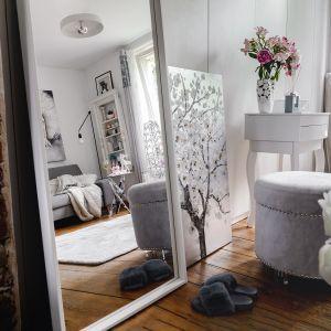 Aranżacja kawalerki w romantycznym stylu. Lustrzane powierzchnie powiększają optycznie niewielkie wnętrze. Fot. Home&You