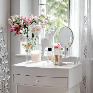 Aranżacja kawalerki w romantycznym stylu. Białe meble i dodatki to najlepszy wybór na niewielką powierzchnię. Fot. Home&You