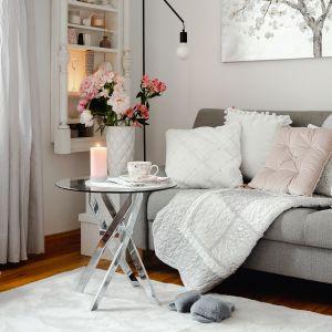Aranżacja kawalerki w romantycznym stylu. Podstawą są jasne kolory i ocieplające wnętrze dodatki. Fot. Home&You