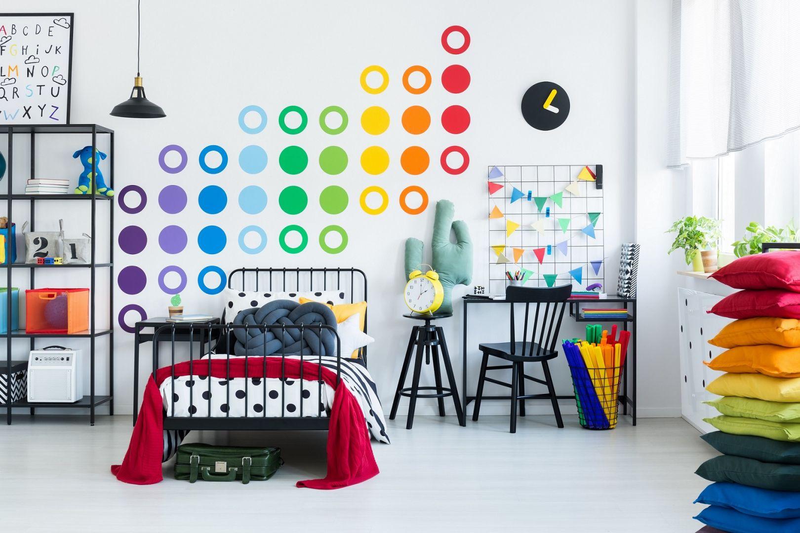 W pokoju nastolatka można też postawić na trzy wiodące barwy z gamy podstawowej, a więc: czerwoną, niebieską oraz żółtą. Fot. Śnieżka