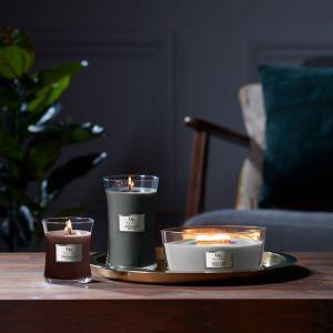Świece WoodWick® wyróżniają naturalne, drewniane knoty, które w trakcie palenia wydają kojący dźwięk trzaskającego płomienia, jednocześnie napełniając dom autentycznym, wyrazistym zapachem. Fot. Yankee Candle