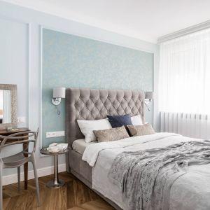 W sypialni kolor miętowy połączony został z beżami i brązami, tworzącymi nastrój relaksu. Luksusowe, tapicerowane łóżko, tkaniny i poduszki dopełniają całości.Projekt: Magdalena Bielicka, Maria Zrzelska-Pawlak. Fot. Fotomohito