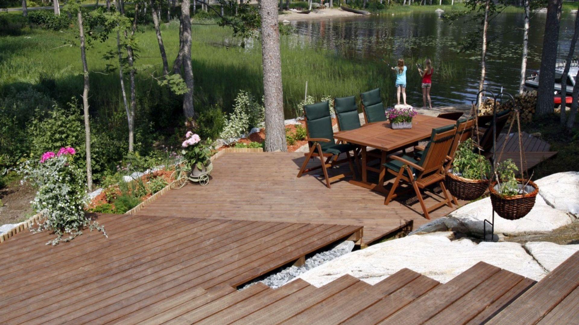 Dzięki termowaniu drewno sosnowe zyskuje parametry, które pozwalają na wykorzystanie go do zastosowań zewnętrznych. Fot. JAF Polska