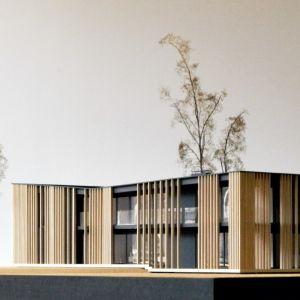 Przemyślany układ funkcjonalny łączy się tutaj z oryginalnymi elementami konstrukcji, jakim są drewniane żaluzje, skrywające przestronne tarasy oraz zacienione loggie. Projekt: Dom za Żaluzjami, seria Domy z Głową, Pracownia Architektury Głowacki