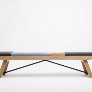 Ławka Meso. Dębowa ławka z tapicerowanymi elementami w stylowych kolorach i skrzynką na dokumenty lub drobiazgi w formacie A4. Każde zamówienie jest personalizowane poprzez indywidualny dobór koloru tapicerki dla każdego elementu siedziska. Od 4965 zł.