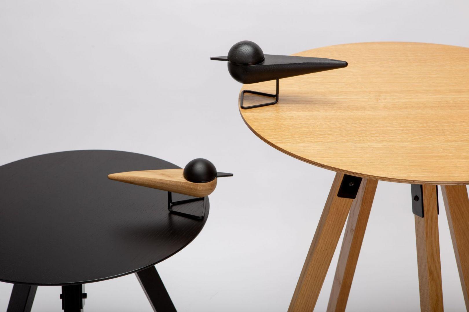 Naturalne usłojenie figurki Rybitwa podkreśla wosk na bazie naturalnych składników. Na zdjęciu w towarzystwie stolika Latte.