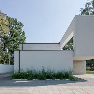 Bryle nadano geometryczne i proste formy, a dynamikę zapewniają jej przesunięcia pomiędzy segmentami, z których skomponowano gmach. Projekt i zdjęcia: REFORM Architekt