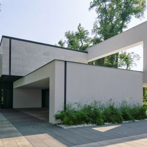 Frontową część bryły potraktowano jak rzeźbę - poza drzwiami wejściowymi architekt nie zaprojektował okien w tej części domu. Projekt i zdjęcia: REFORM Architekt