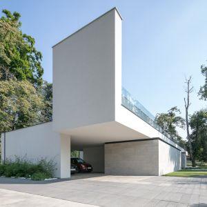 Inwestorowi zależało na modernistycznym wyglądzie, stąd zastosowane przeze mnie detale na budynku w postaci czarnych, stalowych ceowników malowanych proszkowo – mówi architekt. Projekt i zdjęcia: REFORM Architekt