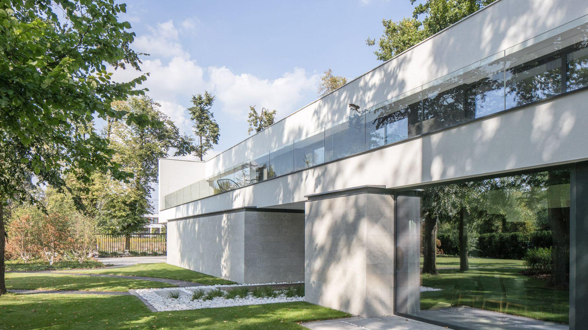 Dom projektu pracowni REFORM ARCHITEKT jest zlokalizowany w Łodzi, na działce liczącej 2500 m². Projekt i zdjęcia: REFORM Architekt