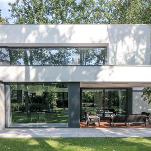 Powierzchnia bryły liczy 550 m², posiada 2 kondygnacje oraz niespełna 14,5 m szerokości ze względu na ograniczoną szerokość działki. Projekt i zdjęcia: REFORM Architekt