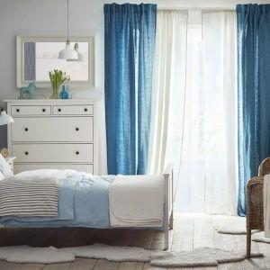 Meble do sypialni z kolekcji Hemnes dostępne w IKEA. Cena: 749 zł (łóżko), 179 zł (stolik nocny), 999 zł (szafa z 2 drzwiami przesuwnymi). Fot. IKEA