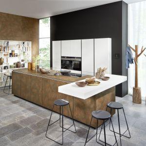 Duża wyspa kuchenna z ceramicznymi frontami i dodatkowym blatem to centrum kuchennego życia. Fot. Nolte Kuchen