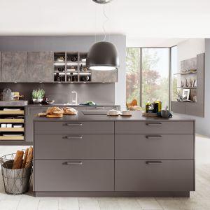Utrzymana w stylu vintage kuchnia z wyspą, kryje wiele nowoczesnych zastosowań, jak np. systemy szuflad do przechowywania. Fot. Verle Kuchen