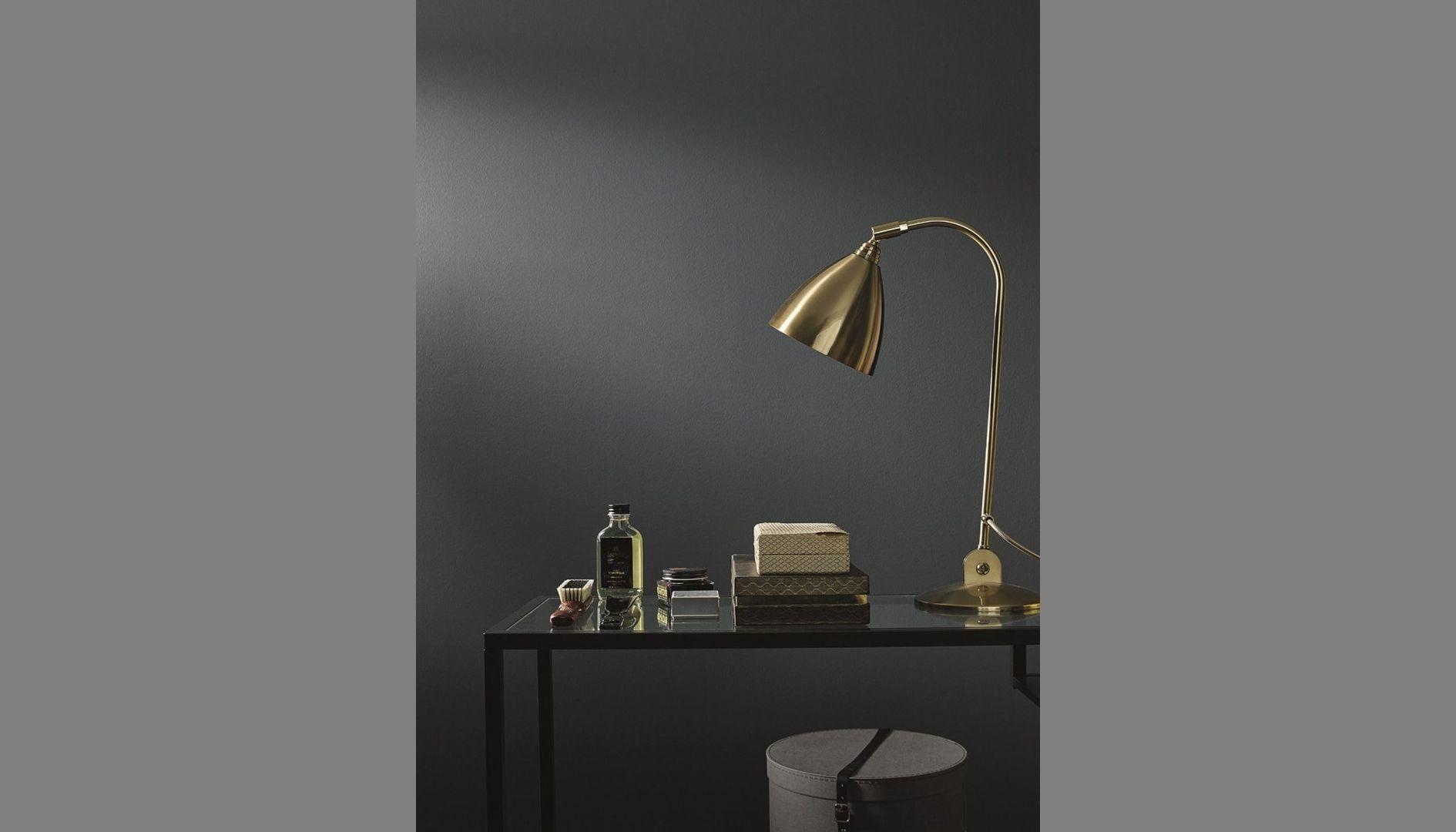 Zastosowanie farby Tikkurila Optiva Ceramic Super Matt 3 w odcieniu głębokiego granatu Indigo L426 pozwoli wykreować efektowne tło dla modnych dodatków w stylu glamour. Cena: ok. 115 zł (2,7 l). Fot. Tikkurila
