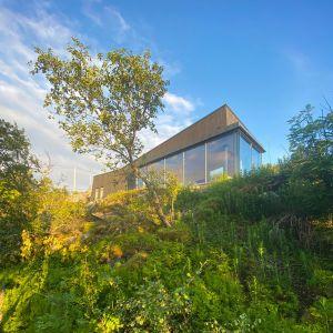 Dom w Norwegii stoi na wzniesieniu, z którego roztacza się kapitalny widok na okolicę. Projekt: Bjørnådal Arkitektstudio. Fot. Hans-Petter Bjørnådal