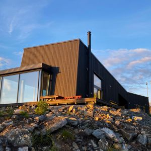 Dom w Norwegii. Zaprojektowano go tak, by mieszkańcy mogli cieszyć się pięknymi widokami. Projekt: Bjørnådal Arkitektstudio. Fot. Hans-Petter Bjørnådal