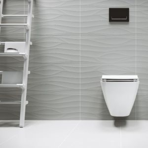 Płytki z kolekcji Touch Me dostępne są w dwóch uniwersalnych, lecz modnych kolorach – klasycznej bieli oraz surowej szarości. Szyku i elegancji dodatkowo dodadzą błyszczące, metalowe listwy przywodzące na myśl taflę lustra. Cena: 78,99 zł/sztuka (29,8x59,8 cm). Fot. Cersanit
