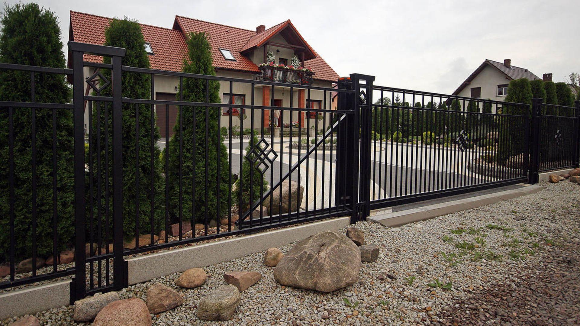 Nowoczesne ogrodzenie frontowe to kompletny system, który pozwala skonfigurować ogrodzenie dopasowane do potrzeb konkretnej działki i gustu inwestora. Fot. Plast-Met Systemy Ogrodzeniowe model Jaspis