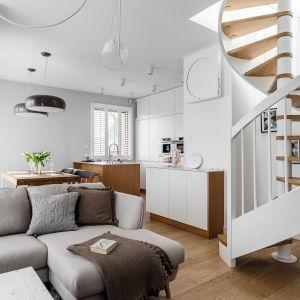 Biel i drewno stanowią kanwę aranżacyjna projektu całej strefy dziennej. Projekt Maka Studio