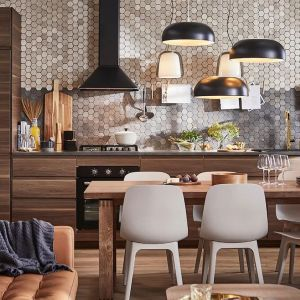 Zestaw mebli kuchennych wykończonych fontami Voxtopr dostępny w ofercie IKEA. Fot. IKEA
