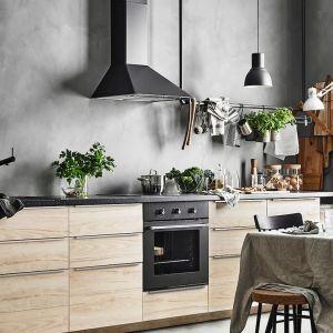 Zestaw mebli kuchennych wykończonych fontami Aksersund dostępny w ofercie IKEA. Fot. IKEA