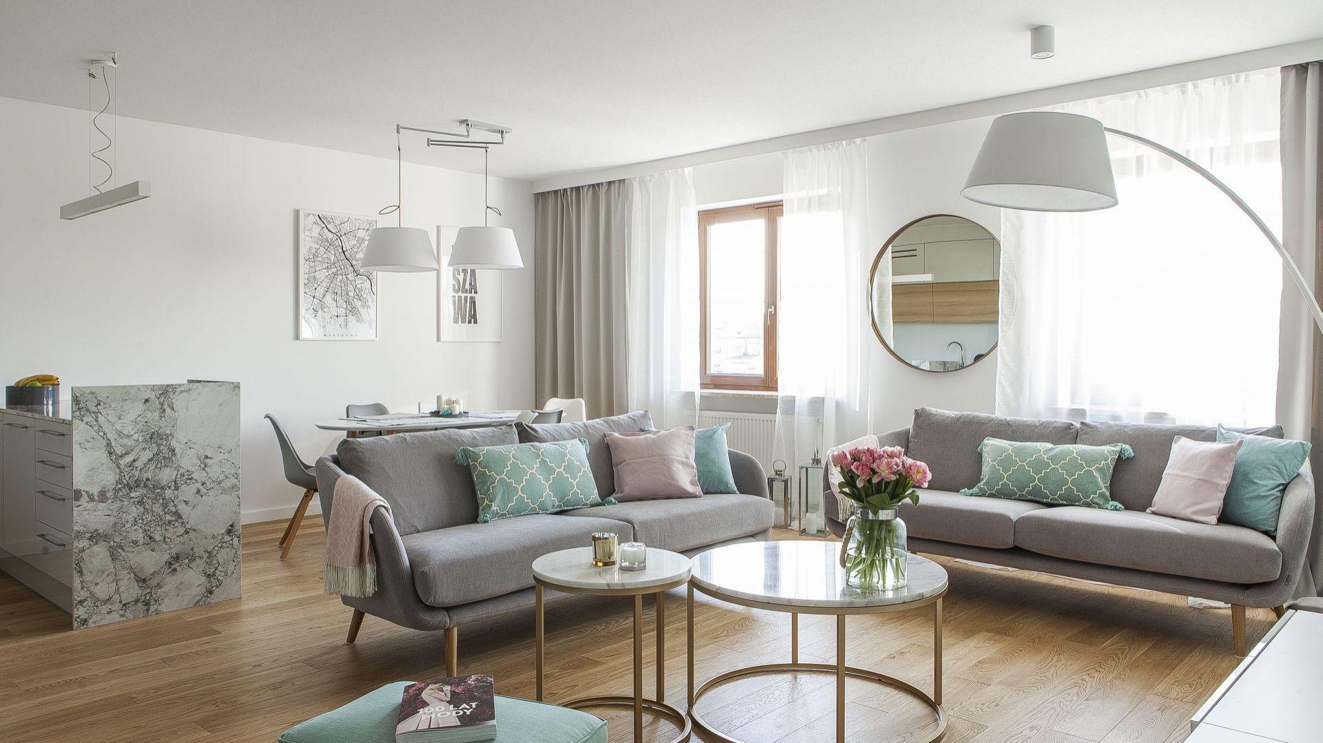 W salonie królują dodatki w spokojnych, pastelowych kolorach. Projekt: Anna Nowak-Paziewska, MAFgroup. Fot. Emi Karpowicz