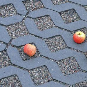 Meba jest dostępna w trzech kolorach – szarym, grafitowym i czerwonym oraz w wymiarze 40x60 cm. Fot. Polbruk Meba