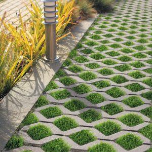 Meba również ma geometryczną formę, z taką różnicą, że otwory mają kwadratowy kształt. Właśnie w nich można posiać trawę, dzięki czemu osiągniemy pożądany w architekturze kontrast szarej, stonowanej nawierzchni z żywą zielenią.Fot. Polbruk Meba