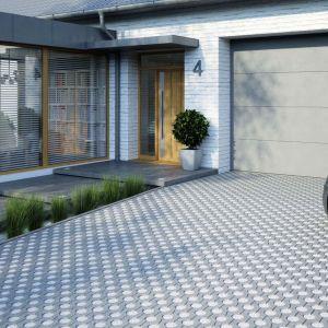 Zaletą ażurowych płyt betonowych jest zwiększenie powierzchni bioaktywnej na posesji. Fot. Polbruk Greengo
