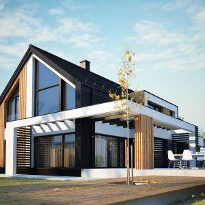 Z boku domu zaplanowano miejsce na piękny,przestronny taras. Nazwa projektu: Senimona 3. Projekt wykonano w Pracowni Domy w zieleni