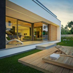 Zadaszony taras to świetne rozwiązanie, szczególnie w deszczowe dni. Nazwa projektu: Dom modny III. Projekt wykonano w Pracowni Doomo