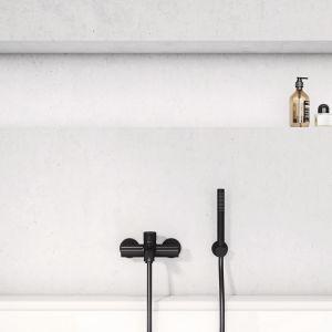 Prostota Kludi Bozz idzie w parze z subtelną elegancją. Pozbawiony ornamentyki design wyrażony jest precyzyjną linią oraz przejrzystymi geometrycznymi kształtami. Cena: 1.146,60 zł (jednouchywtowa bateria wannowo-prysznicowa). Fot. Kludi
