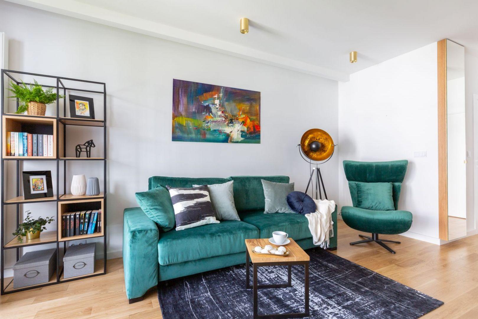 W małym salonie może sprawdzić się układ mała kanapa + fotel oraz niewielki stolik kawowy. Projekt Decoroom. Zdjęcia i stylizacja Marta Behling  Pion Poziom Fotografia Wnętrz